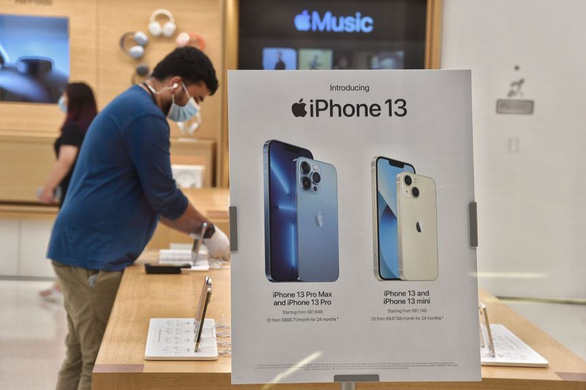 bloomberg thieu chip toan cau apple co the giam san luong iphone 13